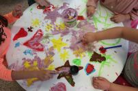 Children at Smart English school in Alicante learning english with sensory puffy painting